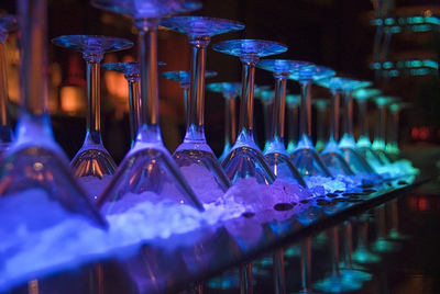 Крепкие коктейли или алкогольные.